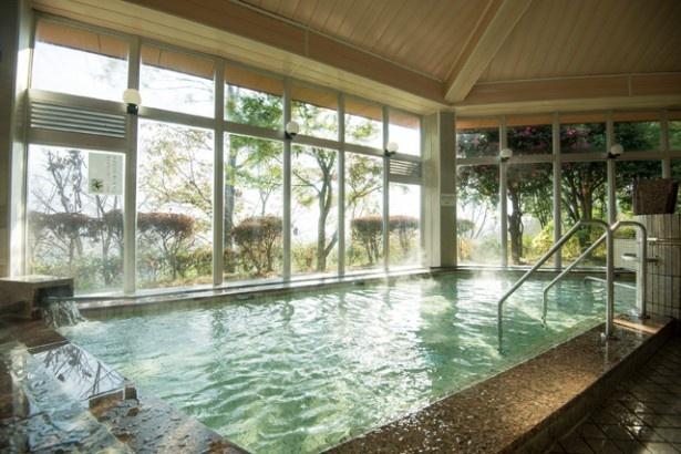 天岩戸地区を見下ろす高台にある温泉館「天岩戸温泉」。遠赤外線サウナや水風呂、石けんも用意