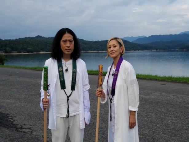 """【写真を見る】""""お遍路""""の白装束に身を包み、夏木マリ(右)と共に空海ゆかりの寺へ向かう"""