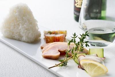 日本酒とおにぎりとおつまみのセット