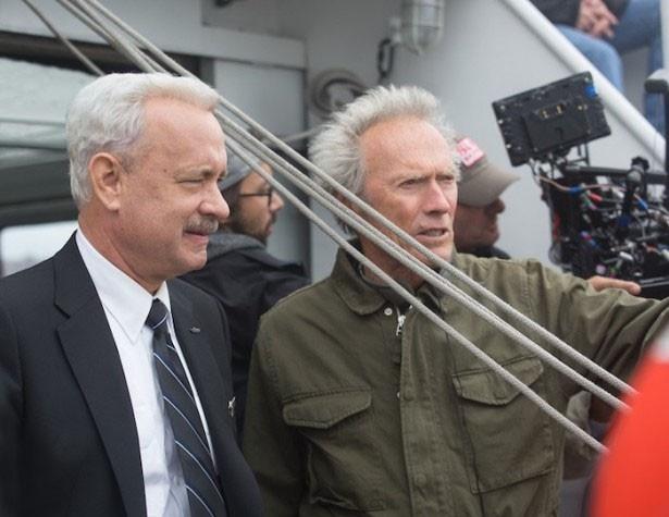 【写真を見る】豪華すぎるツーショット!撮影に臨むトム・ハンクスとクリント・イーストウッド監督