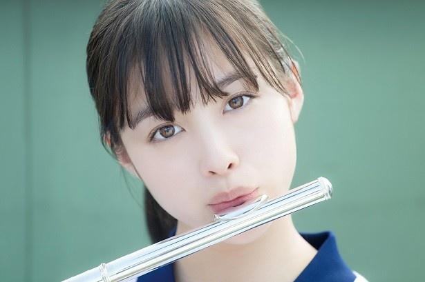 【写真を見る】橋本環奈フルートを奏でる「天使のくちびる」
