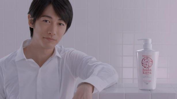 新CMは白いお風呂で白いシャツのディーンが「hadakara」を紹介