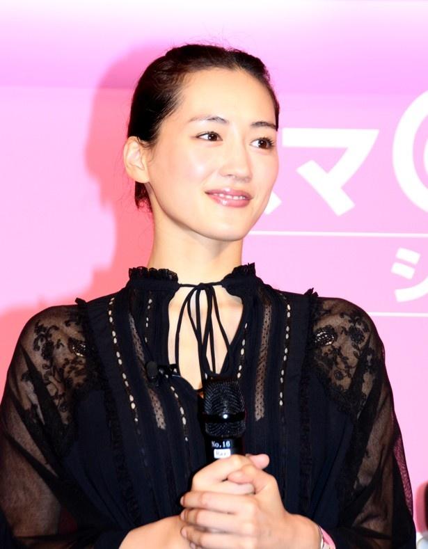綾瀬は「スマホで応対できるのは、すごく便利なことだと思います」を語る