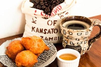【写真を見る】「チトンブワ(ザンビア風ドーナッツ )とコーヒーセット 」(500円)
