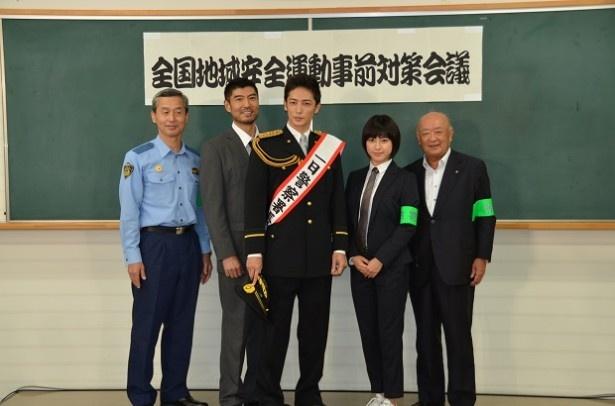 「キャリア~掟破りの警察署長~」で主演を務める玉木宏(中央)が、共演の瀧本美織、高嶋政宏と共に東京湾岸警察署で一日警察署長イベントに出席した