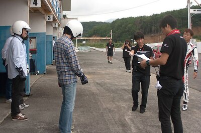 参加者は指示に従って、ヘルメットとグローブを装着し車に乗り込む