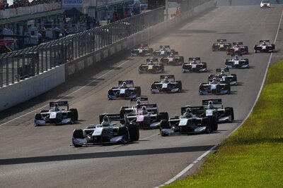 スタート直後、1コーナーに向かう各車