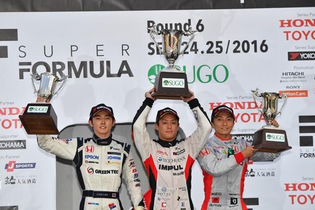 関口雄飛を中央に、左に2位の中嶋大祐(ナカジマ レーシング)、右に3位の野尻智紀(ドコモ・チーム・ダンディライアン・レーシング)が続いた