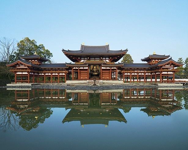 10円硬貨の絵柄で知られる鳳凰堂。極楽の宝池に浮かぶ宮殿のよう