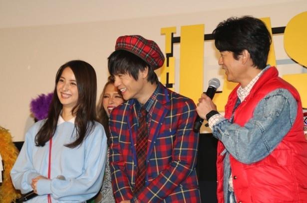 【写真を見る】80年代ファッションに身を包み登場した佐々木希、窪田正孝、唐沢寿明(左から)
