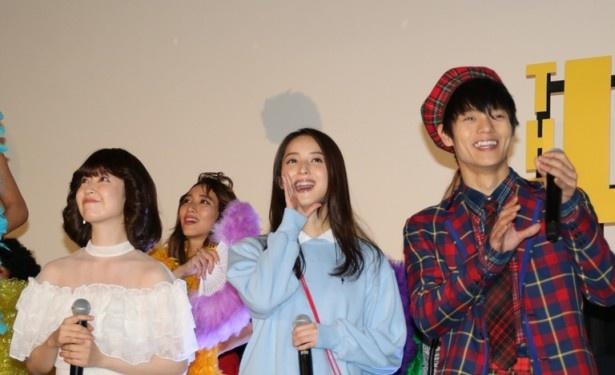 唐沢の登場に笑顔をこぼす黒川智花、佐々木、窪田(左から)