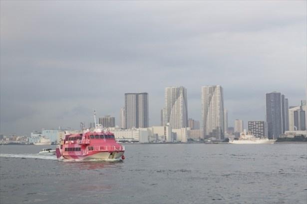 ピンクの大島行きジェットフォイル「ボーイング929」が追いかけてきてあっという間に去って行った!