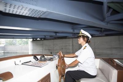 「危ないので立ったり手をぶつけたりしないでくださいね」と船長
