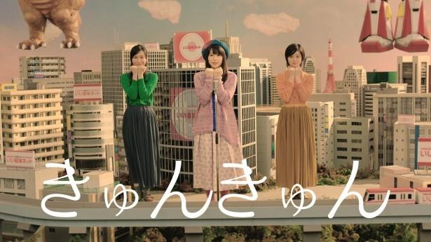 【写真を見る】キュートな桜井らがダンスをする最中、怪獣とロボットの着ぐるみが登場!?