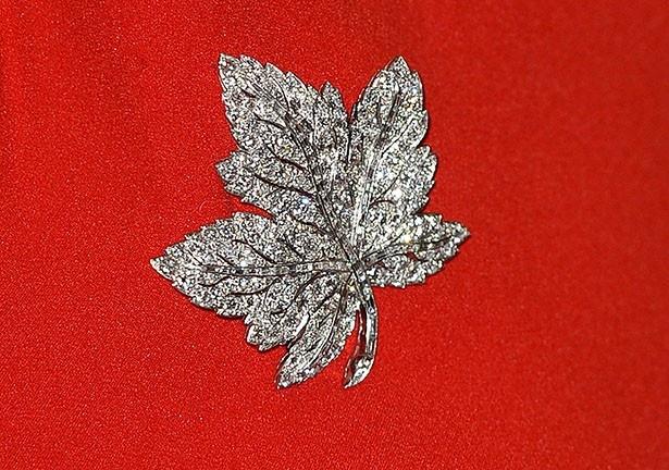 カナダのシンボルでもあるメイプルリーフ型のブローチもアクセントに