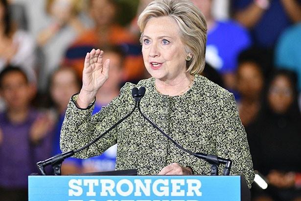 【写真を見る】ケイティが全力で応援するヒラリー・クリントン