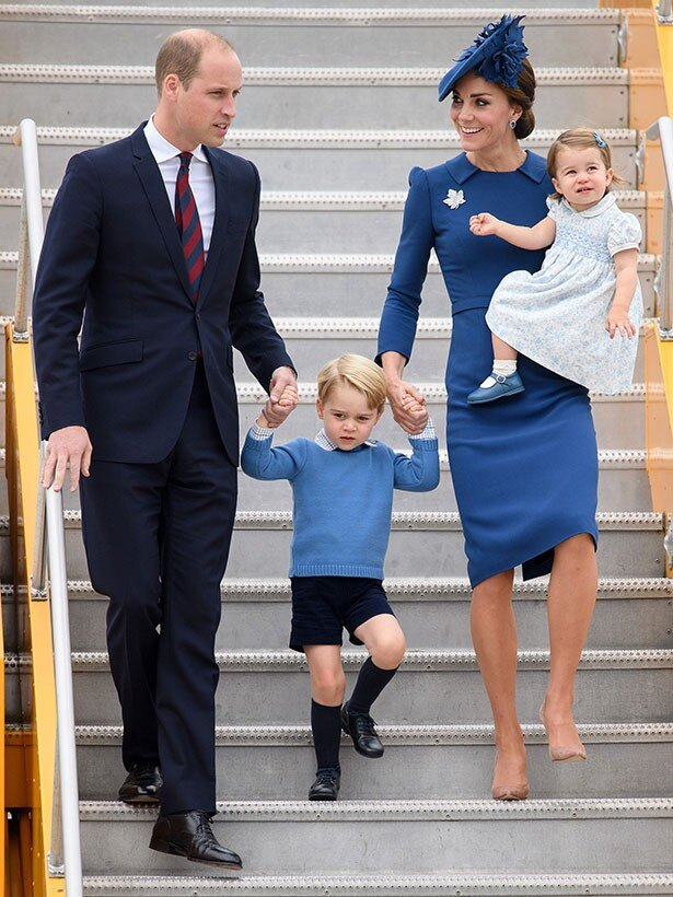 カラーを統一した服装でカナダに到着したウィリアム王子一家