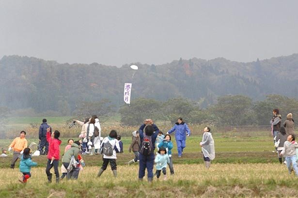 全日本残月花火選手権は、大人も子どもも落下傘を追いかけて楽しめる