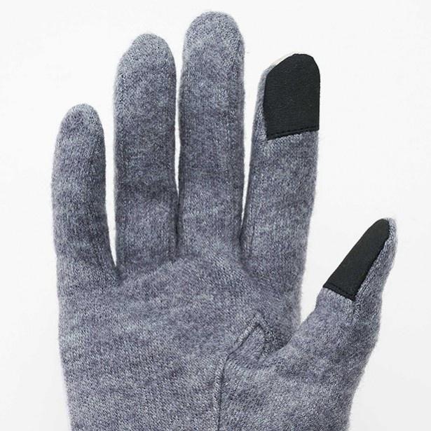 両手の親指と人差し指でスマホ操作が可能