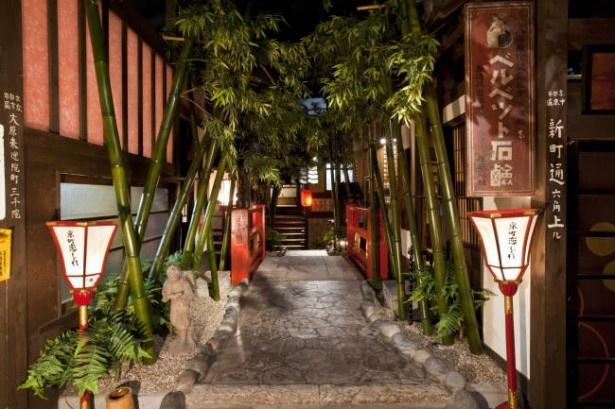 「京町恋しぐれ 新宿」の店内。池田屋事件を彷彿させる京の町を再現している