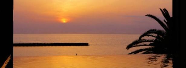 「大江戸温泉物語 土肥温泉 土肥マリンホテル」大浴場からの夕日。こんな絶景が見られる宿なんて、最高!