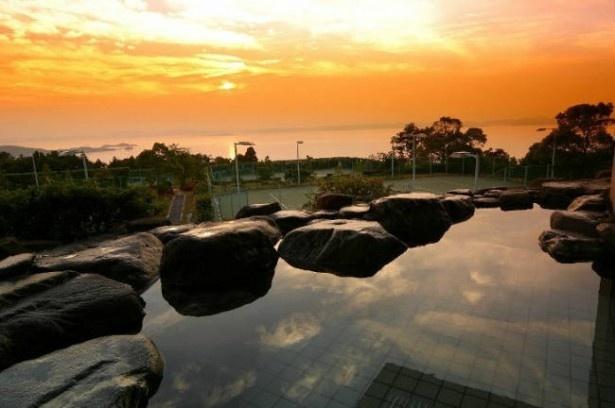 【写真を見る】「小豆島温泉 リゾートホテルオリビアン小豆島」露天風呂から見える、瀬戸内海に沈む夕日