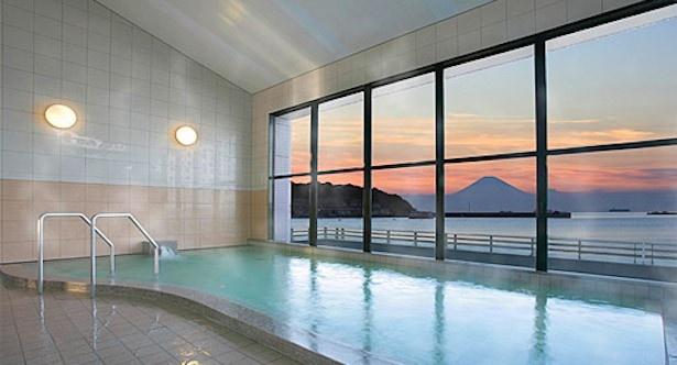 「休暇村 館山」大浴場からの夕日