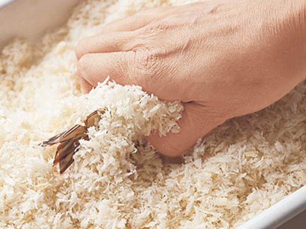 【写真を見る】パン粉はぎゅっと包み込むように握ってつけると、ふんわりたっぷりつく