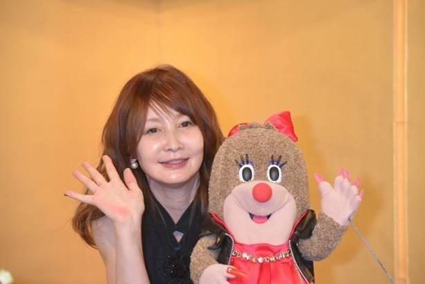 【写真を見る】YOUと彼女自身が声をあてるモグラの人形・ぱほりん
