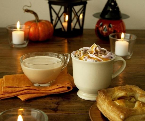「ハロウィンパンプキンラテ」(HOT/ICE、Short480円ほか)はパンプキンフレーバーのカフェラテに鹿児島県産紫イモを使ったホイップクリームとパンプキンのソースを合わせた1杯