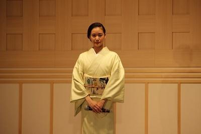 【写真を見る】美しい着物姿の蒼井優さん