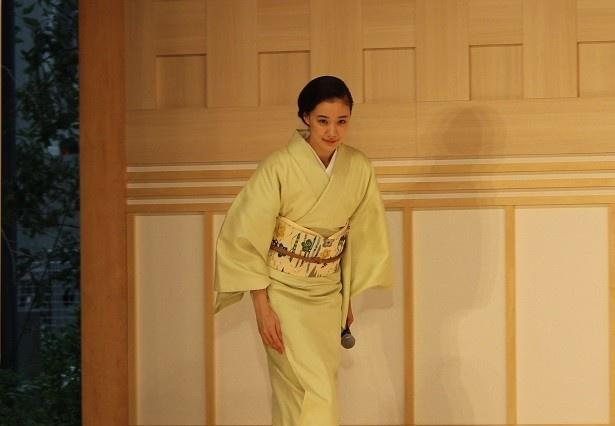 着物の似合う街である日本橋に合わせ、薄い緑色の着物姿で登場