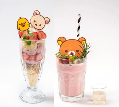 写真左から、いちご大好きコリラックマのいちごハニーパフェ(税抜き1080円)、フルーツたっぷり♪リラックマのいちごミルクスムージー(税抜き980円)