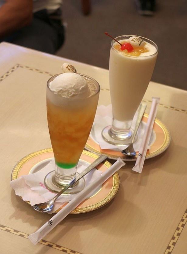 ミルクセーキ風の「ふわふわパンダの白いしっぽ」(880円・奥)と「パンダがささやくクリームソーダ」(850円・手前)