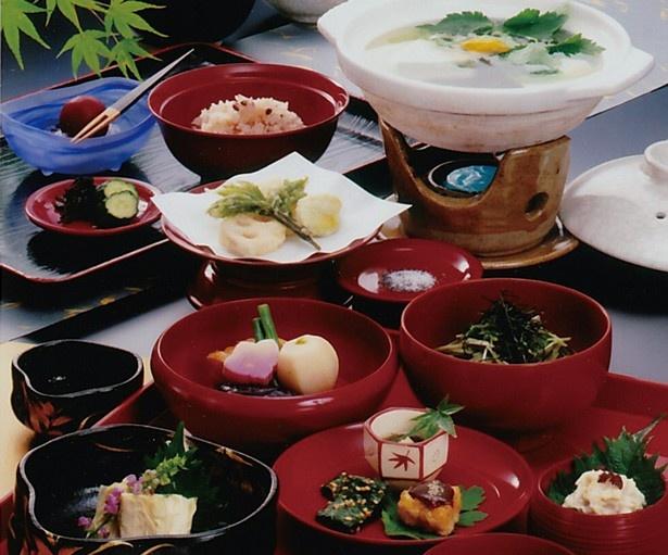 10品の京料理と湯豆腐、生ゆばお造りがセットになった「ゆどうふおきまり京生ゆばお造り付き」(4320円)/料理はゆどうふ 竹仙