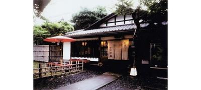 【写真を見る】古都らしい風格のある入口が目印だ/料理はゆどうふ 竹仙