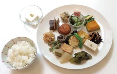 ワンプレートに10品以上のおばんざいが盛り付けられた「精進ごはんランチ」(1350円~※要予約)/MOMI CAFE