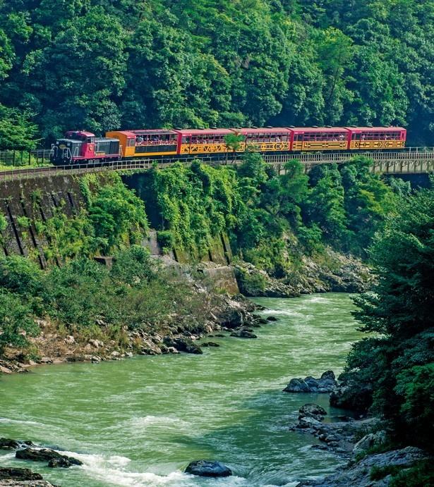 京都・嵯峨野から丹波亀岡まで、保津川渓谷沿いの7.3kmを結ぶレトロな観光列車