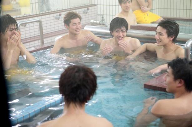 【写真を見る】ボイメンの入浴シーンも披露!