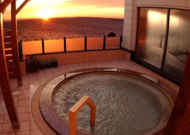 G賞の「女満別サロマ」の2階大浴場。2階露天風呂からサロマ湖に沈む夕日を望める