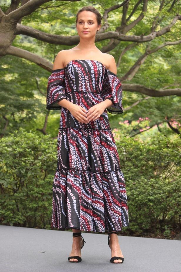 【写真を見る】美しい!アリシア・ヴィキャンデル、日本庭園を意識したドレスの全身ショット