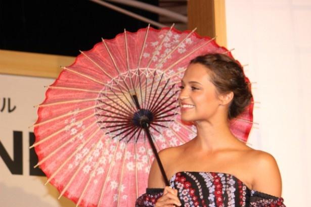 傘に大喜びしたアリシア・ヴィキャンデル