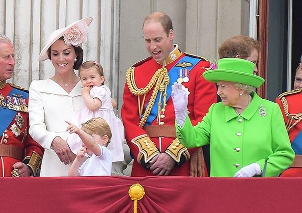 ウィリアム王子は式典でかがんだ際、エリザベス女王に注意されていた