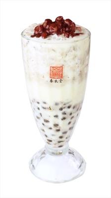 【写真を見る】タピオカの食感と小豆の甘さがマッチした「タピオカ小豆ミルクティー」(税抜600円)
