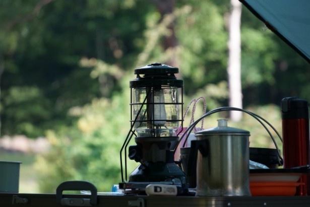 【写真を見る】屋外の小屋に泊まって、非常食を食べる「防災キャンプ」。子どもたちにとってもいい体験に