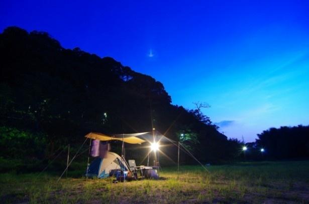 【写真を見る】野外で寝るだけでもOK。防災訓練をアウトドアの楽しみの一つとして体験してみよう