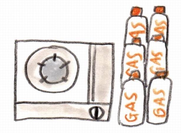 【写真を見る】ガスが使えない場合の救世主・カセットコンロ。ガスは多めにストックしておこう