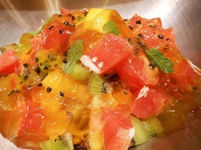 色とりどりのフルーツサラダ