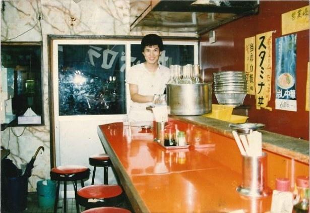 【写真を見る】若かりし頃のすた丼の早川秀人社長