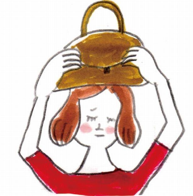 外出先で地震に遭ったら、バッグなどで頭部をガードし、落下物に注意を